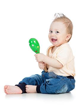 Baby spielt mit Rassel