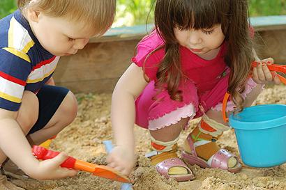 Was Babys und Kleinkinder im Sandkasten lernen