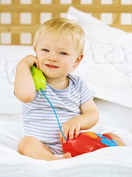 Baby telefoniert mit Spielzeug-Telefon