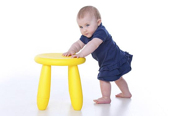 Baby übt das Laufen