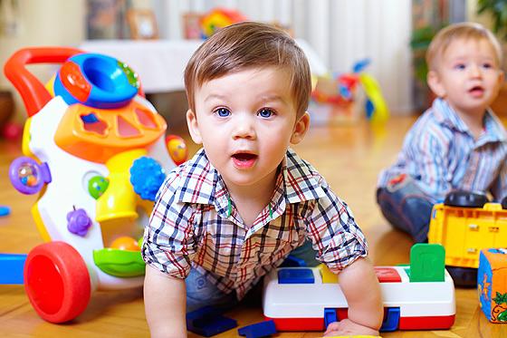 18 Monate alte Kinder spielen