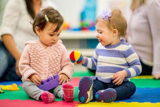 Babys brauchen Freunde - zum Teilen lernen