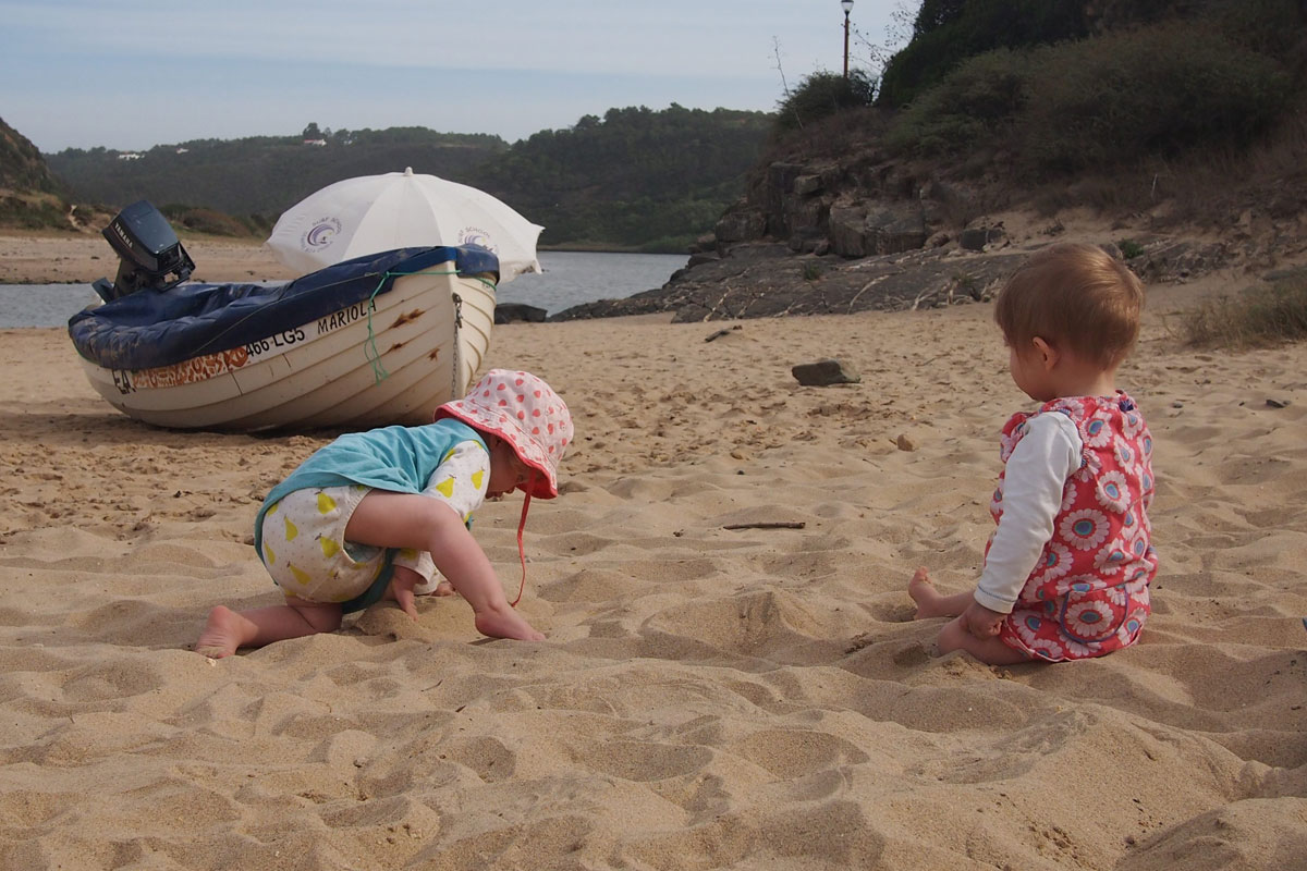 Babys auf Entdeckertour am Strand