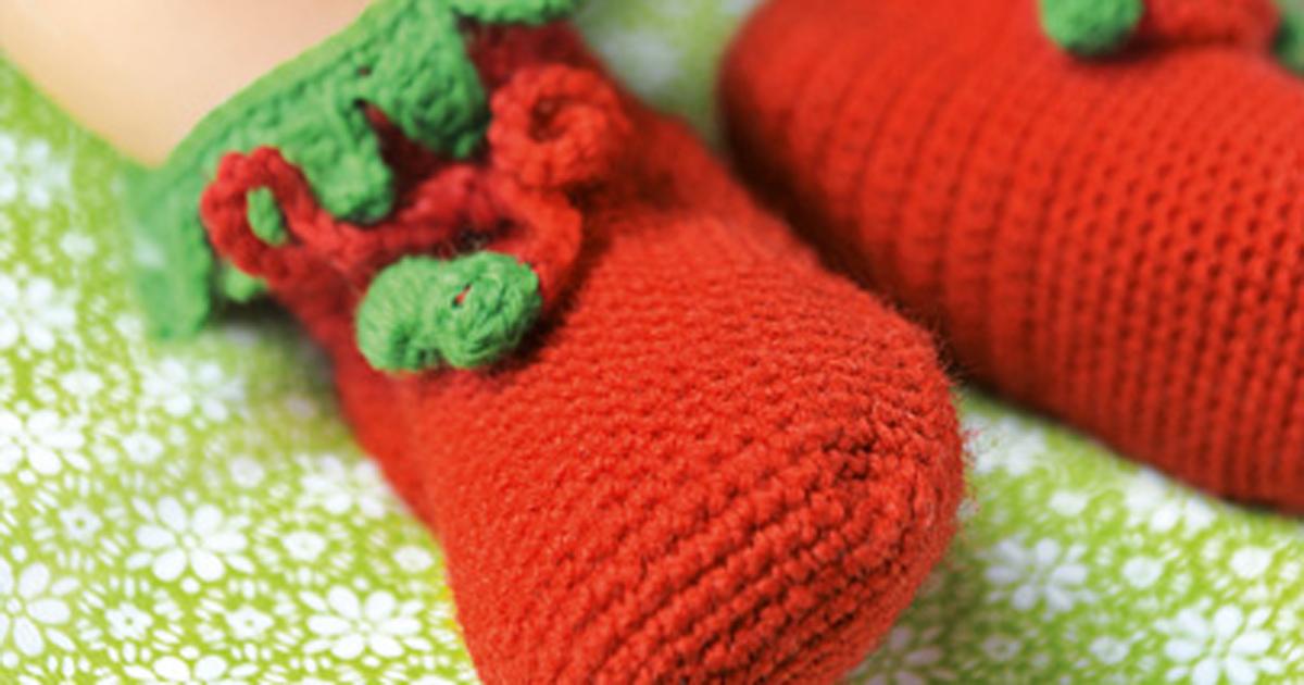 babyschuhe h keln anleitung f r niedliche erdbeeren. Black Bedroom Furniture Sets. Home Design Ideas