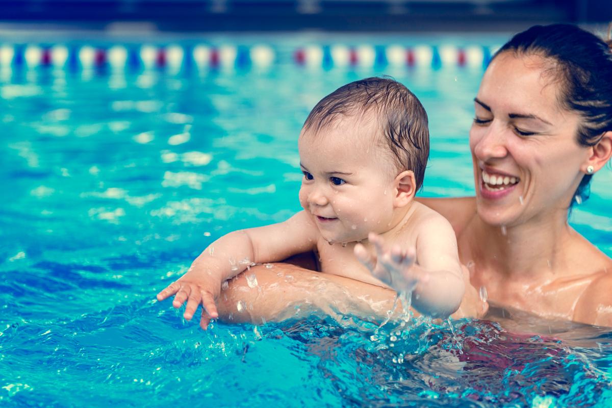 Babyschwimmen: Mutter und Baby