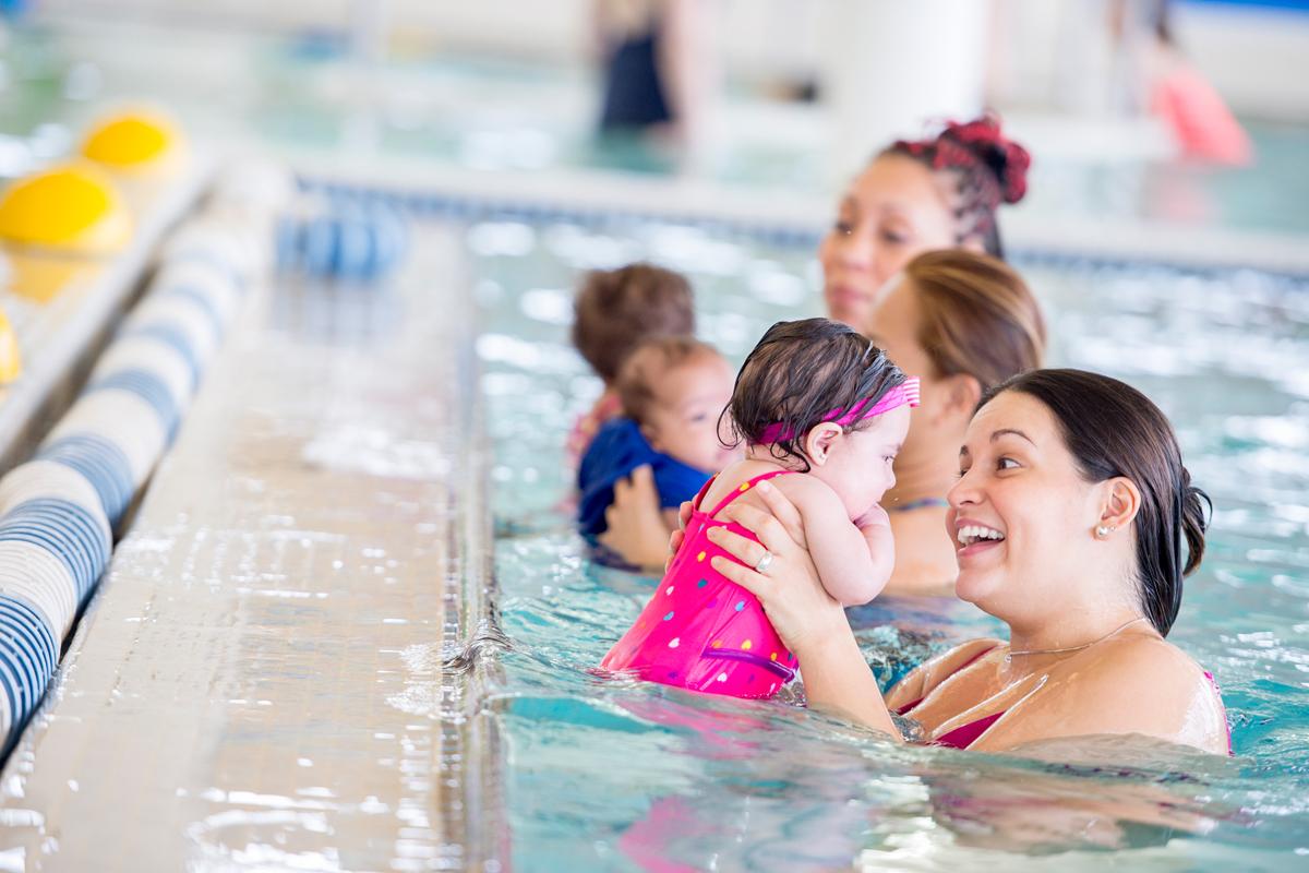 Babyschwimmen: Mütter am Beckenrand