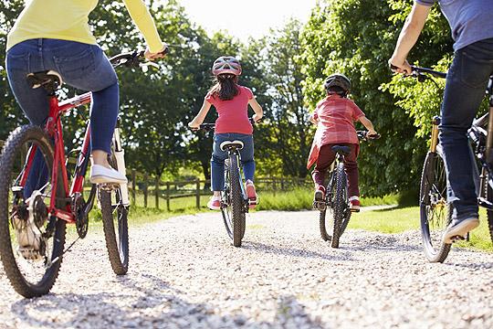 Familie macht Urlaub zu Hause und unternimmt eien Fahrradtour