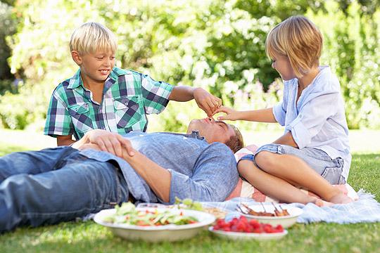 Picknick im Grünen mit der Familie: Urlaub zu Hause