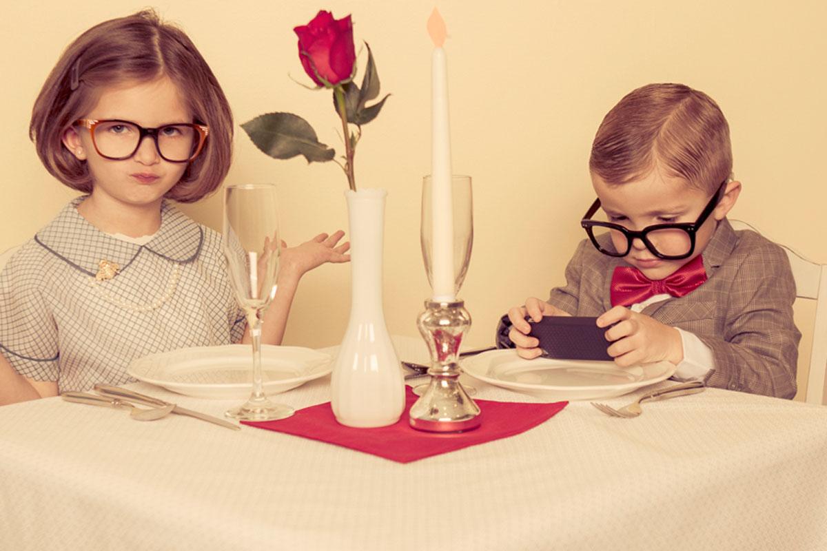 Brave Kinder im Restaurant