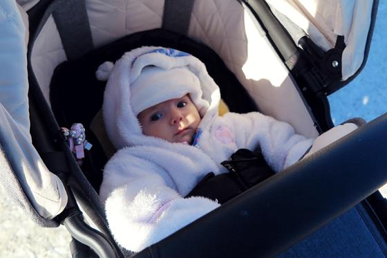 Auch in dicker Winterkleidung ist genug Platz in der Babywanne