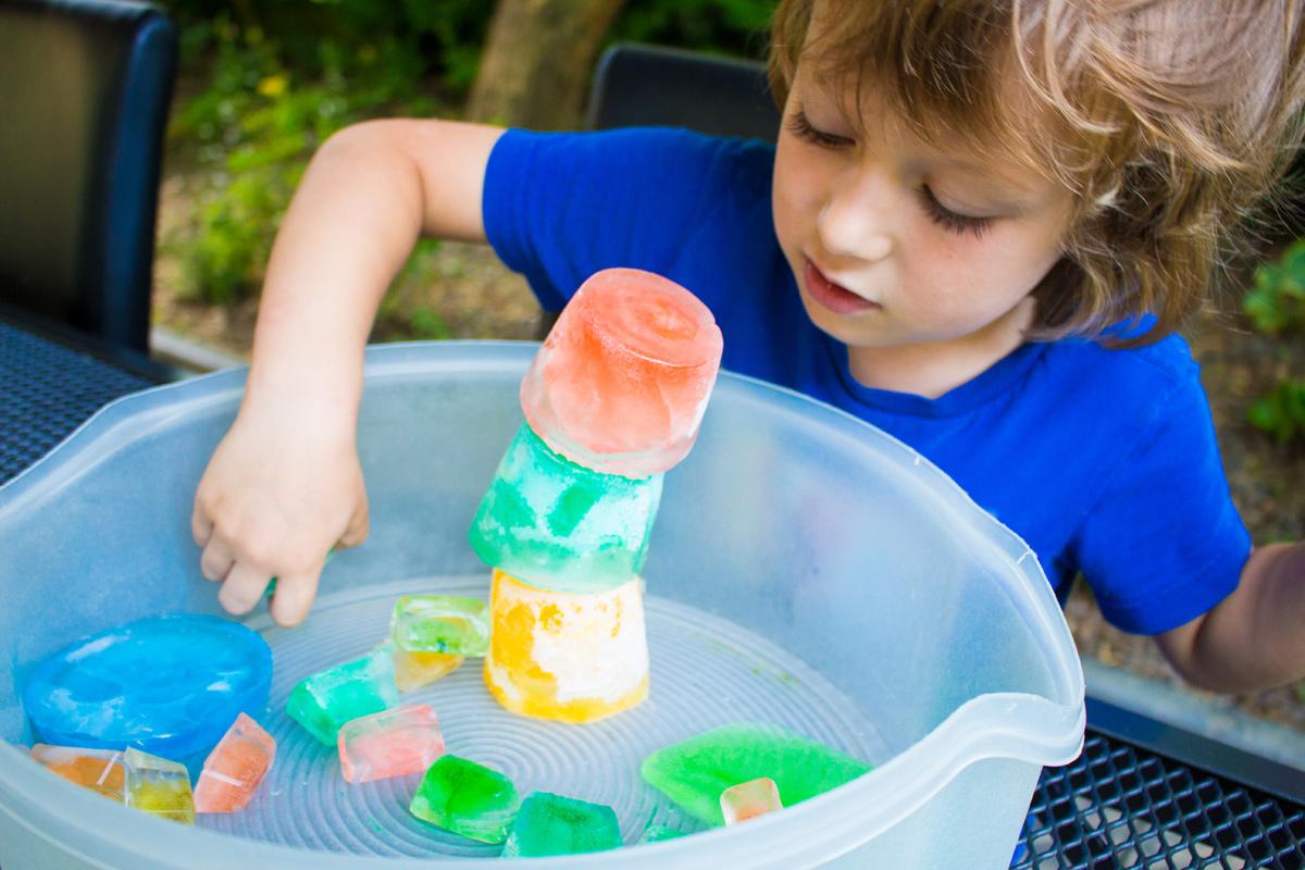 Bunte Eiswürfel zum Spielen