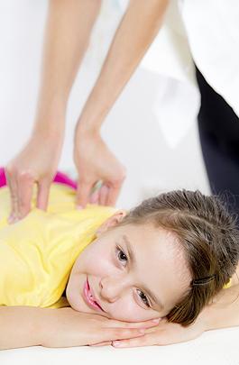 Kind beim Chiropraktiker