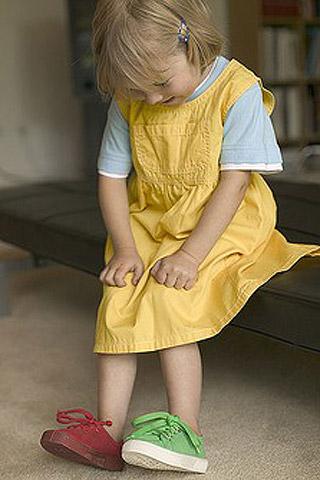 Das sollte das Kind zur Einschulung können: Anziehen und Schuhe binden