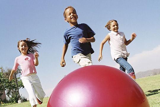 Das sollte das Kind zur Einschulung können: Ball werfen und fangen