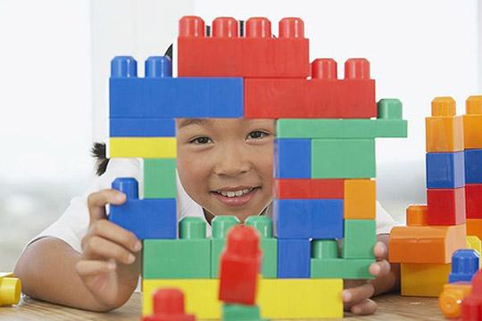 Das sollte das Kind zur Einschulung können: Mit Bauklötzen bauen