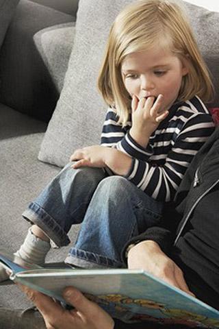 Das sollte das Kind zur Einschulung können: Bücher anschauen