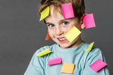 Junge voller Post-it-Notes