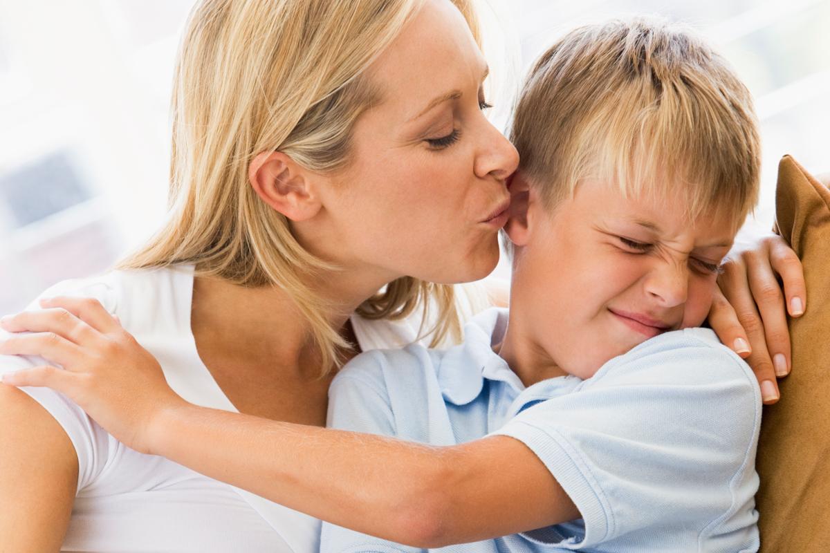 Mutter küsst Sohn