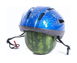 Fahrradhelm auf Melone