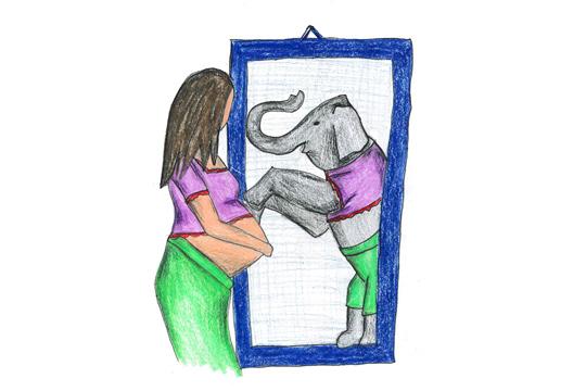 Schwangere schaut in den Spiegel