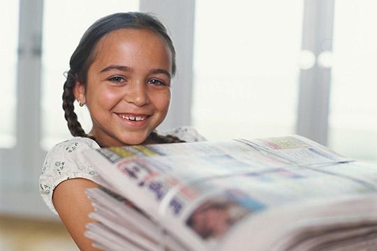 Fereinjobs für Schüler: Mädchen trägt Zeitungen aus