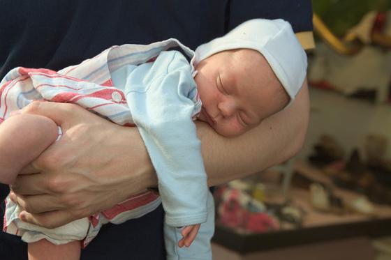 Haltegriff Baby: Fliegergriff