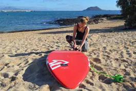 Tochter Paulina bereitet das Surfbrett vor