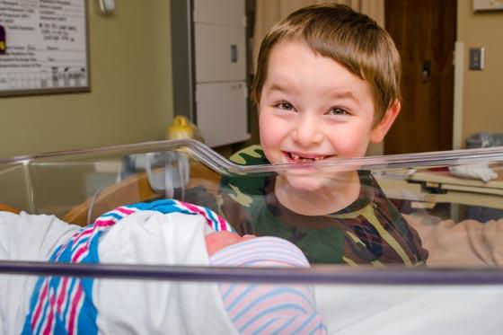 Sollte Geschwisterkind bei der Geburt dabei sein?