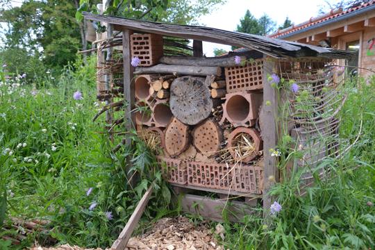 großes Insektenhotel auf der Wildwiese