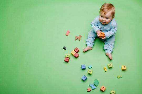 Baby auf grünem Boden