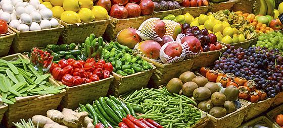 Marktstand mit buntem Obst und Gemüse