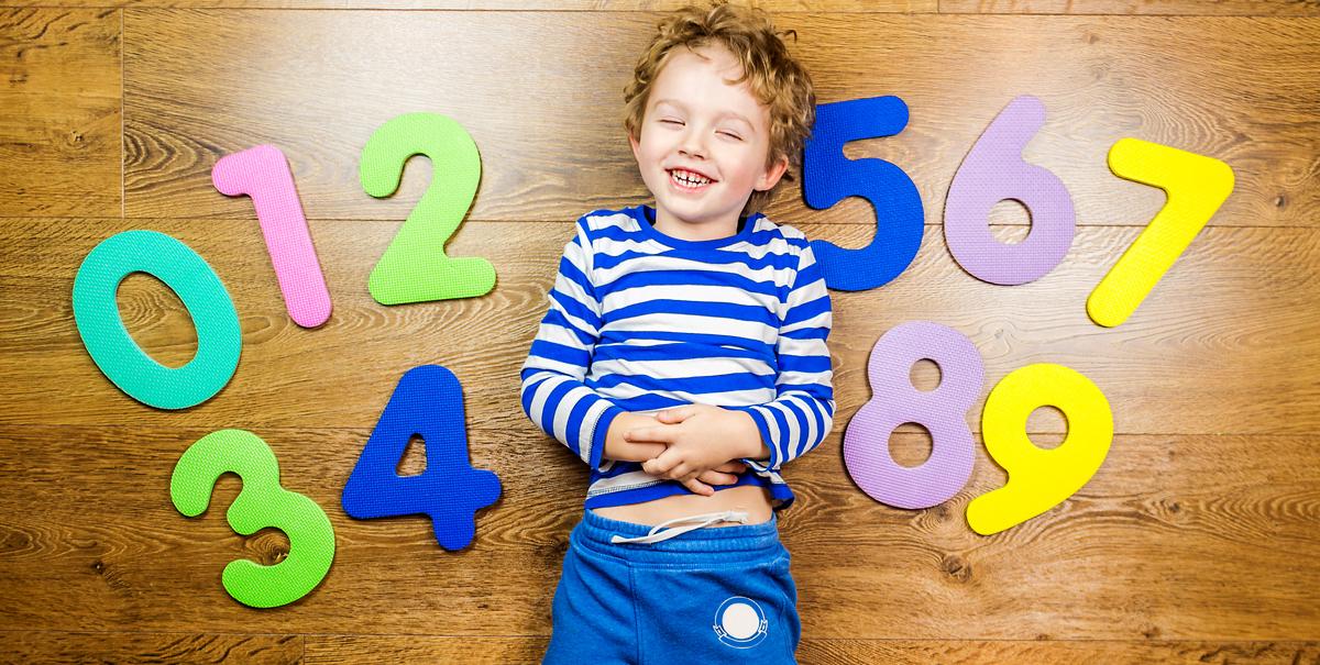 Junge liegt zwischen Zahlen