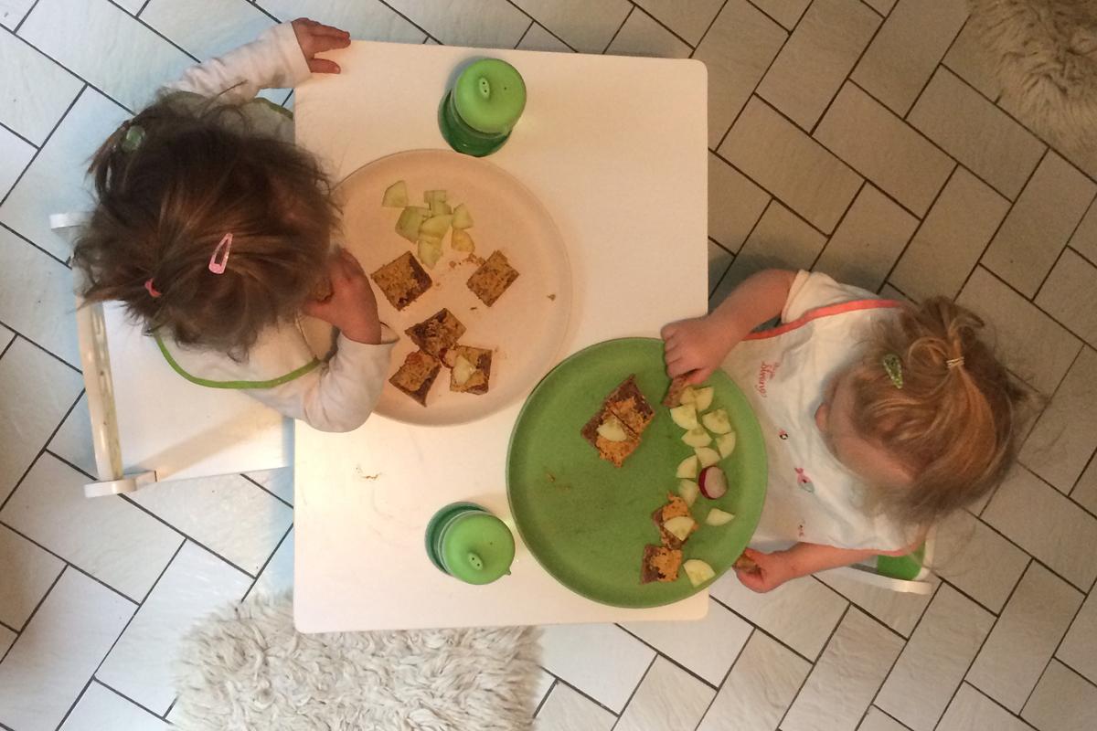 Kinder essen selbst gebackenes Brot
