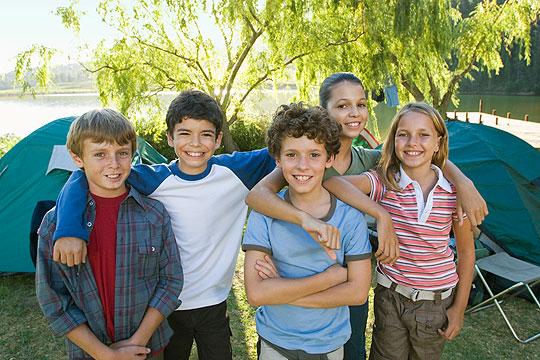 Heimweh bei Kindern: Mit Freunden verreisen lassen
