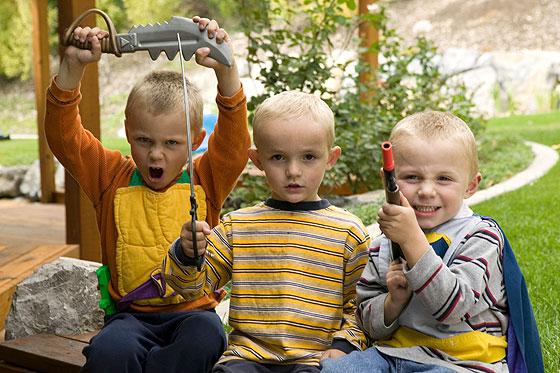 Jungen spielen mit Waffen