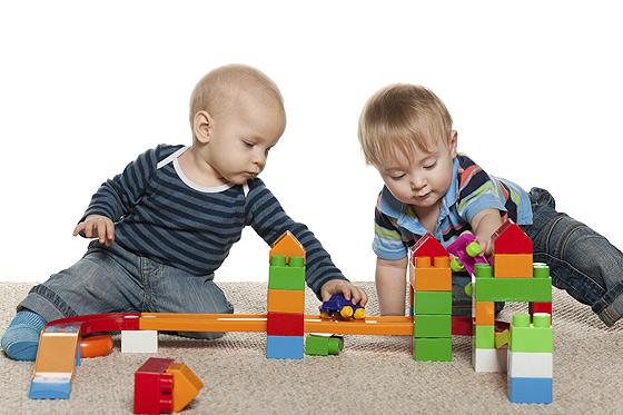 Richtige Kinderbetreuung fürs Baby finden: Gemeinsam Spielen