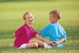 Kinderyoga-Übungen: Dehnen zu zweit