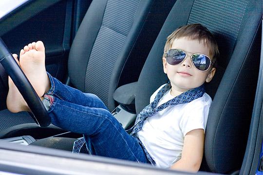 Junge mit Pilotenbrille im Auto