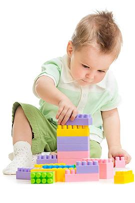 Kleiner Junge spielt mit Bausteinen