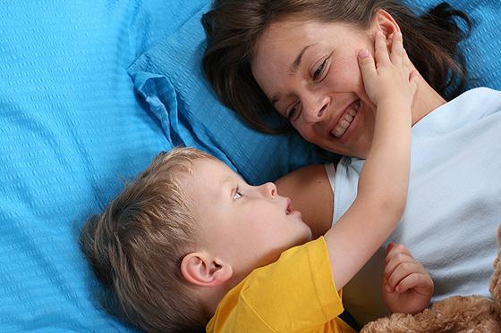 Kleinkind und Mutter kuscheln