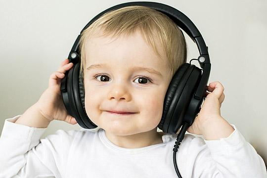 kleinerJunge mit großen Kopfhörern