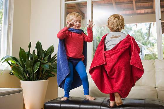Kleine Jungs spielen mit Verkleidung