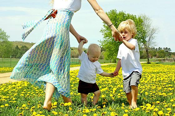 Mutter und Kinder tanten gemeinsam