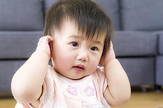 Baby fasst sich ans Ohr