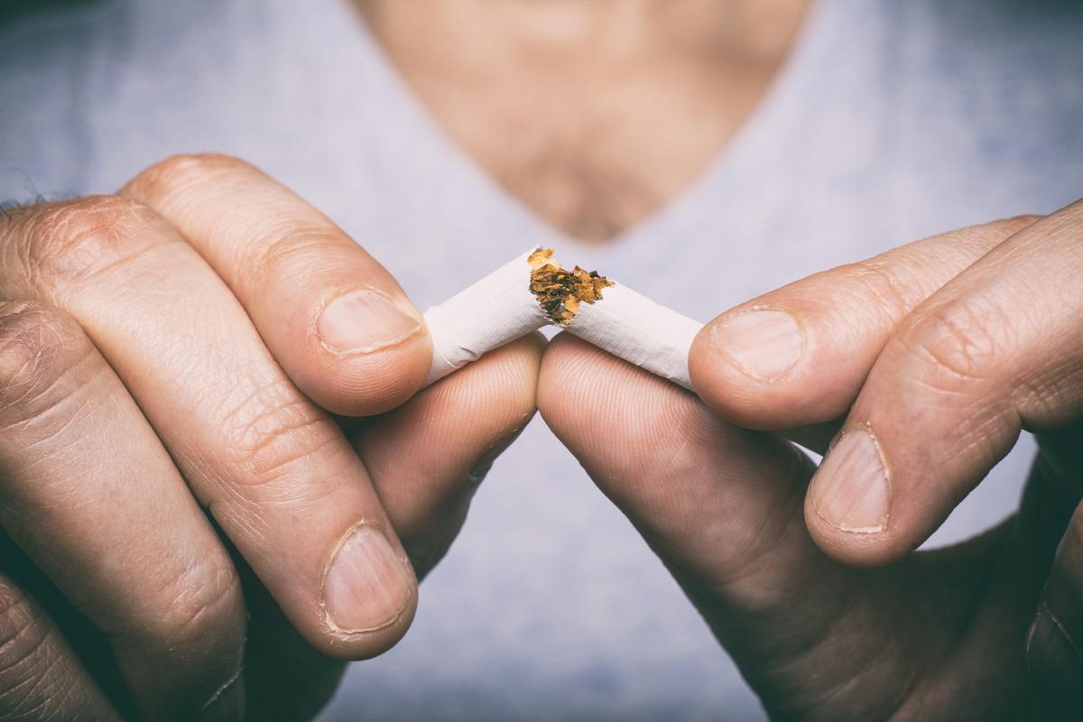 Mann raucht nicht mehr