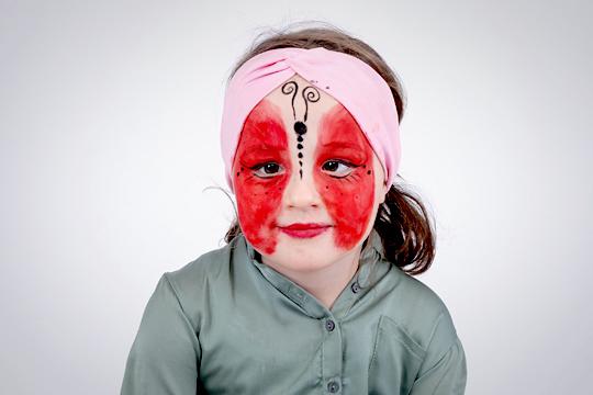 Marienkäfer-Gesicht schminken: rote Farbe