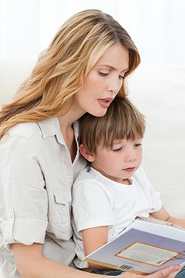 Mutter liest Ihrem Sohn vor
