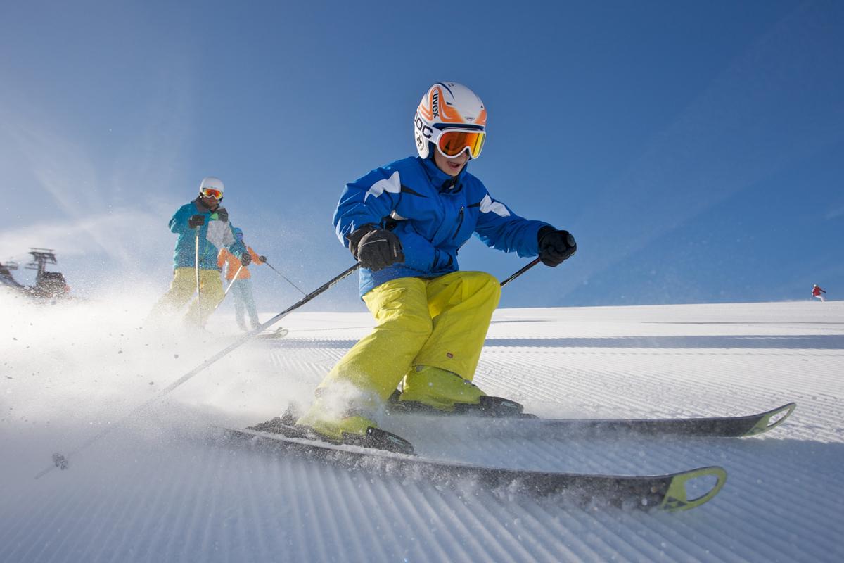 Kind fährt SKi im Skigebiet Nauders