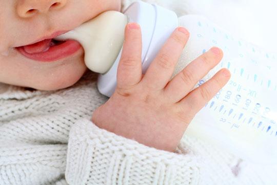Baby mit Nuckelflasche