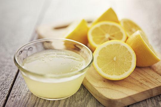 Ostereier bemalen: Zitronensaft